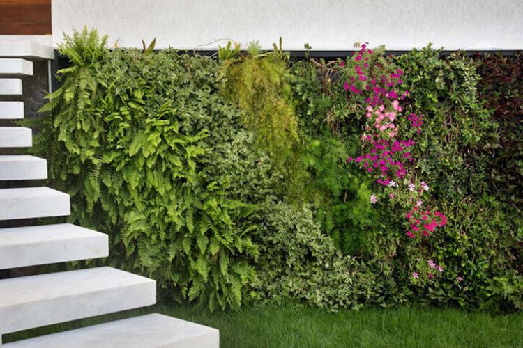 Giardino verticale con fiori